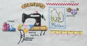 """Etape 7: La bande """"Sewing"""", la décoration rouge et les boutons"""